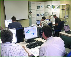 Mensen zitten achter computer bij training
